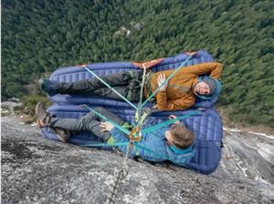最惊险的体验!搭在悬崖上的帐篷,你敢睡吗?