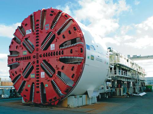 中国出口海外最大直径盾构机打通印尼雅万高铁1号隧道